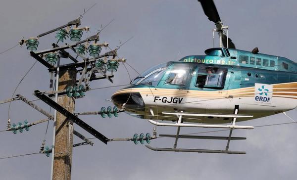 28 août 2012  Neuvy Le Roi, surveillance des lignes moyenne tension 20 000 volts d'ERDF par l'équipage d'un hélicoptère de la société  Air Touraine, lun des spécialistes français.  Photo : Hugues Le Guellec
